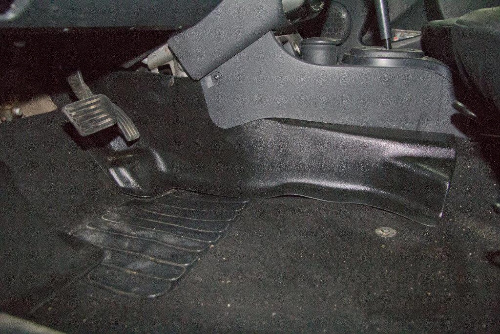 Накладки ковролина (2 шт.) центральные туннель пола для Nissan Terrano с 2014 г.в.