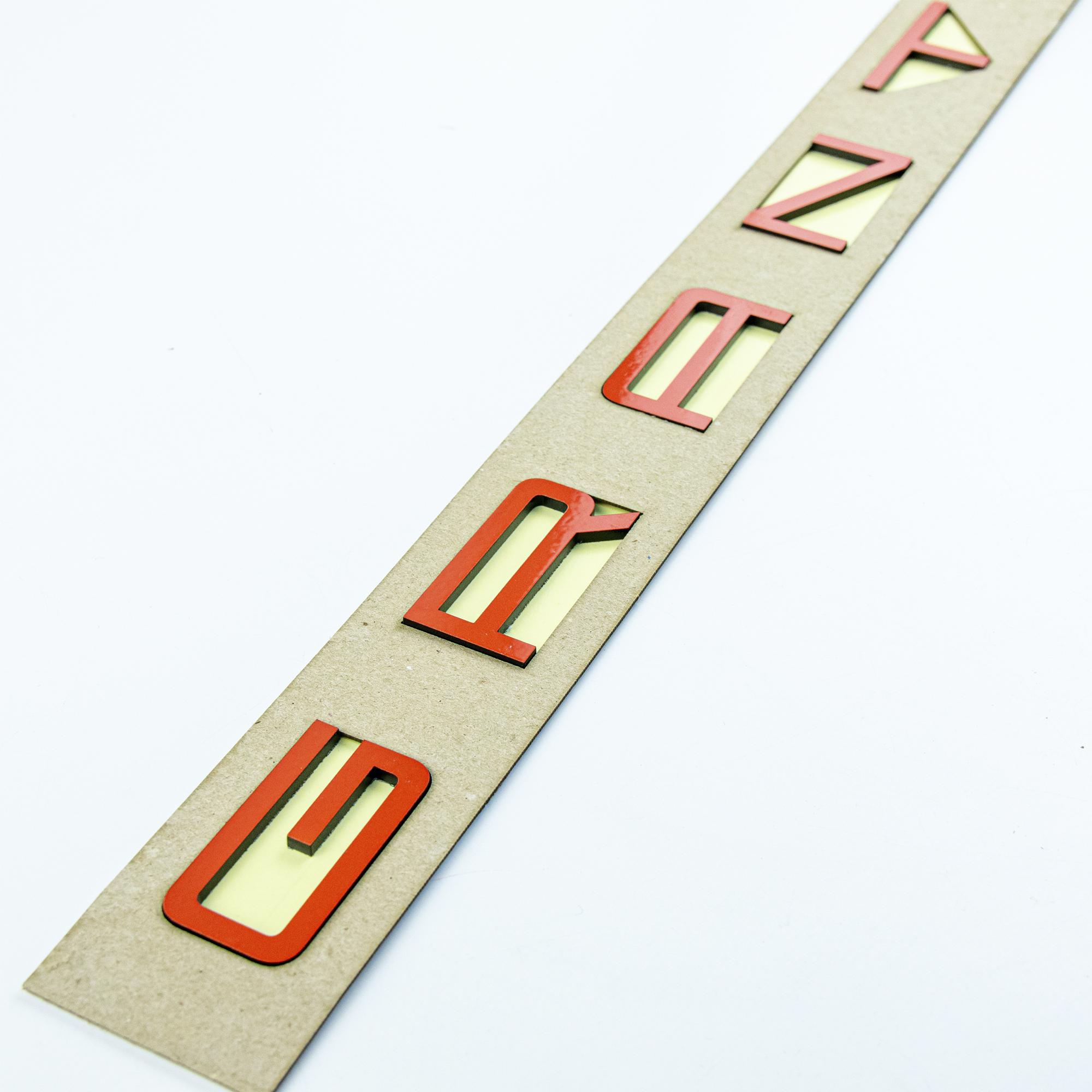 Светоотражающий шильдик-орнамент GRANTA в стиле Porsche (Красный)1